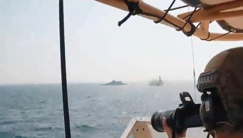 بالفيديو: زورق للحرس الثوري يعترض زورقًا للبحرية الأميركية في الخليج